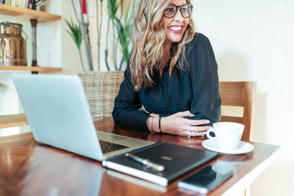 attractive-business-women-working-in-coffee-shop_t20_pR7GYO