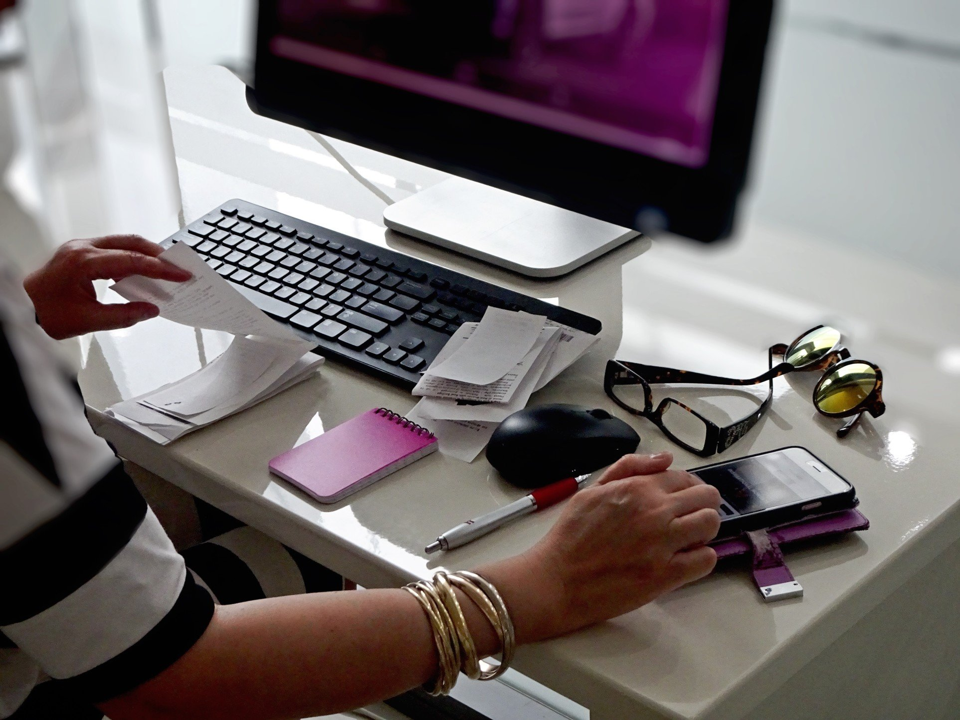 desks-young-professional-woman-working-at-her-modern-deskspace-with-computer-desktop-and-mouse_t20_2w82lZ